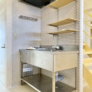 【下の階】キッチンに寄って見ると、細やかなホワイトタイルが◎拭き掃除もしやすい!