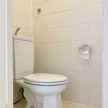 【下の階】キッチンの隣にはトイレ。ペーパーホルダーがシャビーシックです!