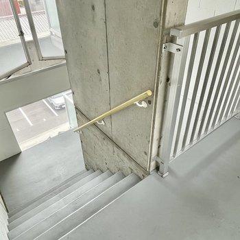 【共用部】階段は少しだけ広め。