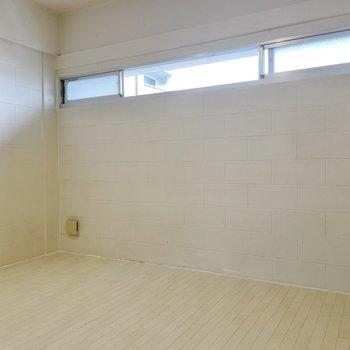 【下の階】横長の窓からは光が鋭く差し込みます。