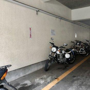 駐輪場はマンション下に。
