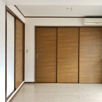 くるりと反対側は、木目の扉がナチュラルな雰囲気。