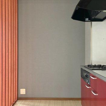 さて気になるキッチン。淡いクロスで素敵!冷蔵庫は格子側に。