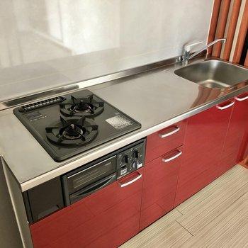 赤いシステムキッチンがしっくりハマる!更に2口・グリル付き!