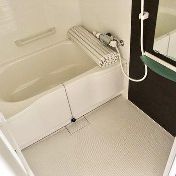 お風呂はホテルライク。手すりがあったり浴槽はゆったりめ。