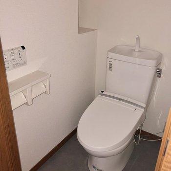 トイレはウォシュレット付き(※写真はフラッシュ撮影のものです)