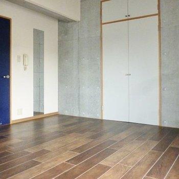 壁はコンクリート打ちっぱなし。かっこいい家具を合わせたい!