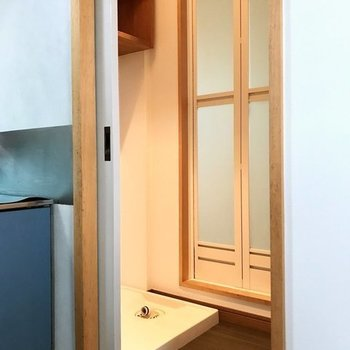 キッチン奥に脱衣所(※写真は2階の別部屋のものです)