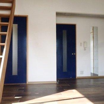 青色の扉が素敵なアクセント。それでは上へのぼりましょう!