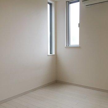 洋室にもエアコン完備♩(※写真は1階の同間取り別部屋のものです)