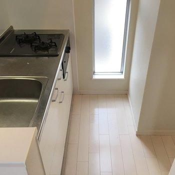 後ろのスペースには冷蔵庫を置けます!(※写真は1階の同間取り別部屋のものです)