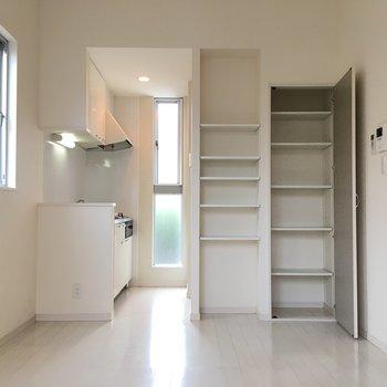 キッチンまわりにも収納があって便利です。(※写真は1階の同間取り別部屋のものです)