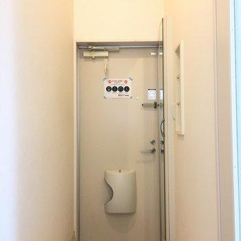 玄関まわりはシンプルです。(※写真は1階の同間取り別部屋のものです)