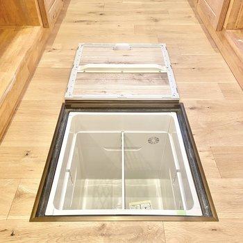 【LDK】キッチンと、リビングにも床下収納がありますよ。