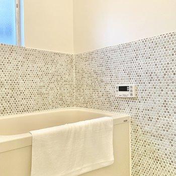 お風呂はシンプルに。追い焚き機能もついてます。