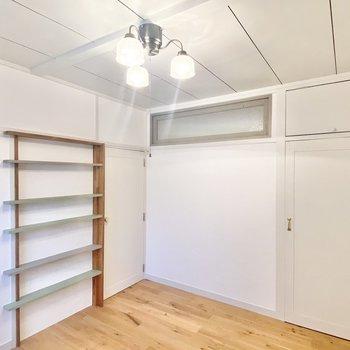 【洋4.5】キッチンの隣の洋室へ。くすんだグリーンの棚がオシャレ。