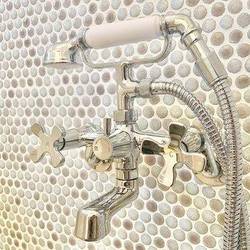 受話器のように置かれたアイアンのシャワー!これは魅力的だ。