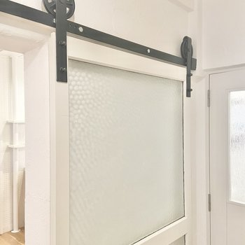 キッチンと玄関を分ける扉には、インダストリアルな歯車が!扉を引くと、くるくる回るんです。