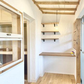 洋室を窓に向かって抜けると、なんとサンルーム。棚も天井の木枠からも、あたたかさを感じます。