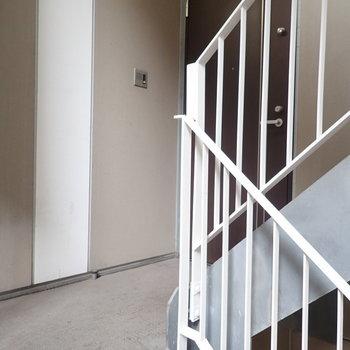 【共用部】エレベーターはないので階段で。