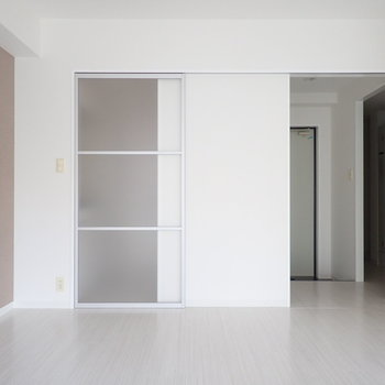 ここの扉は1枚で、玄関と洋室を仕切れちゃいます。