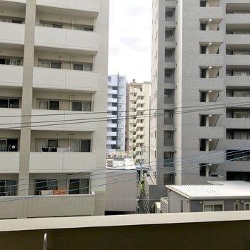 眺望はマンション群。少し距離があるので圧迫感はありません!(※写真は4階の別部屋からのものです)