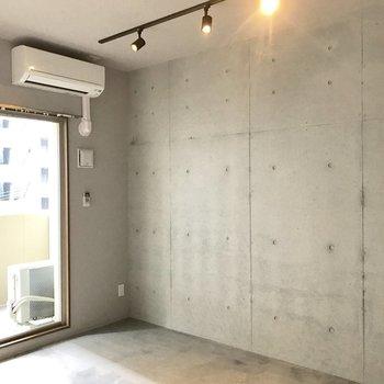 こちらの壁はコンクリ打ちっぱなし(※写真は4階の同間取り別部屋のものです)