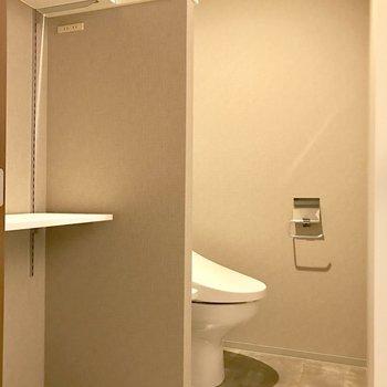 脱衣所とトイレ。シェルフを設けてタオルや下着を仕舞いましょ(※写真は4階の同間取り別部屋のものです)