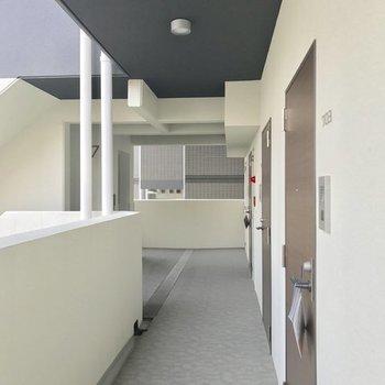 駐輪スペースは共用廊下。左奥のエレベーター近くが置きやすいかな