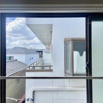 リビングの窓からは同じ建物が見えます。気になる場合はレースカーテンなどあるとgood!