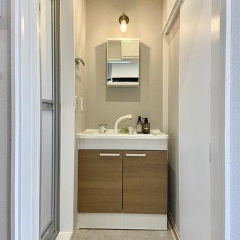 サニタリーには独立洗面台。鏡の裏は収納になっています。