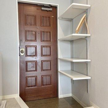 レトロなドーム扉がかわいい。収納はオープンシェルフ。お気に入りの履き物をディスプレイしましょう。