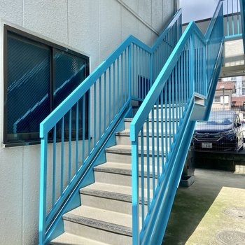 階段は爽やかなマリンブルー。