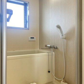 バスルームは淡い木目調。