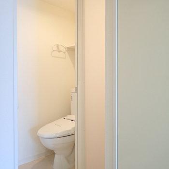 トイレのそばにある、このシースルーからの光はなんだろう…と思ったら、(※写真は9階の反転間取り別部屋のものです)