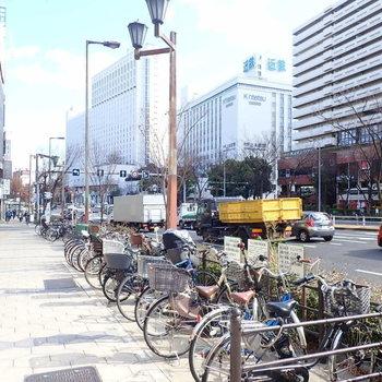 【周辺環境】こちらがその大通り。百貨店などが見えますね。