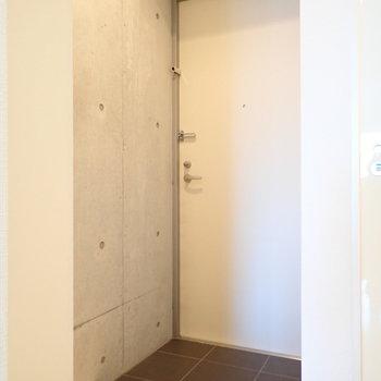 玄関は脱ぎ履きに十分なスペース。(※写真は9階の反転間取り別部屋のものです)