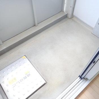 ベランダはコンパクト。浴室乾燥機も使うとよさそうです。(※写真は9階の反転間取り別部屋のものです)