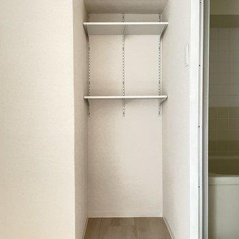 可動棚はタオル収納に便利です