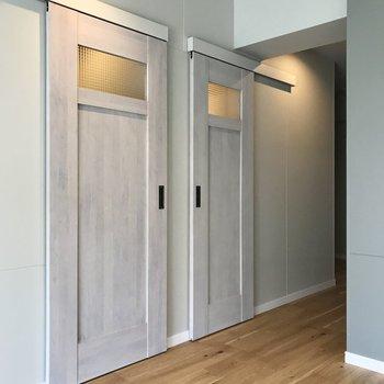 2つ並んだ扉を見てみましょう!左側は…(※写真は5階の同間取り別部屋のものです)
