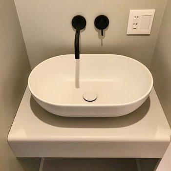 陶器の洗面ボウルが可愛いんです♩(※写真は5階の同間取り別部屋のものです)