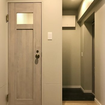 キッチンの向かい側にトイレです(※写真は5階の同間取り別部屋のものです)