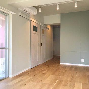 テレビはあの壁側に置けますよ!家具はテーブル、ベッド、ラックくらいにまとめたいな(※写真は5階の同間取り別部屋のものです)