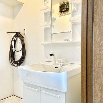 脱衣所へ。洗面台は独立です○(※写真は清掃、リフォーム中のものです)