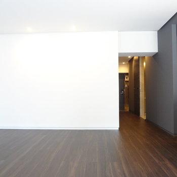 白い壁には何を飾ろう。大きめの掛け時計なんか似合いそう!