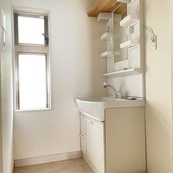 【1階】脱衣所に窓。上にある木の棚が便利だな