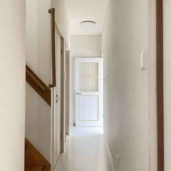【1階】廊下。階段をのぼって2階へ