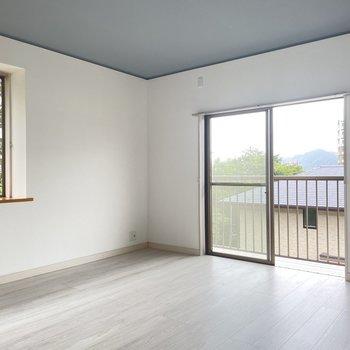 【2階】8帖の洋室は二面採光でバルコニーつき