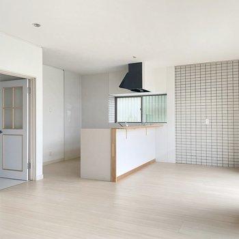 【1階】対面式キッチンとちょっとレトロな扉がいい