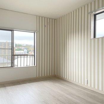 【2階】6帖の洋室はがっつりストライプ